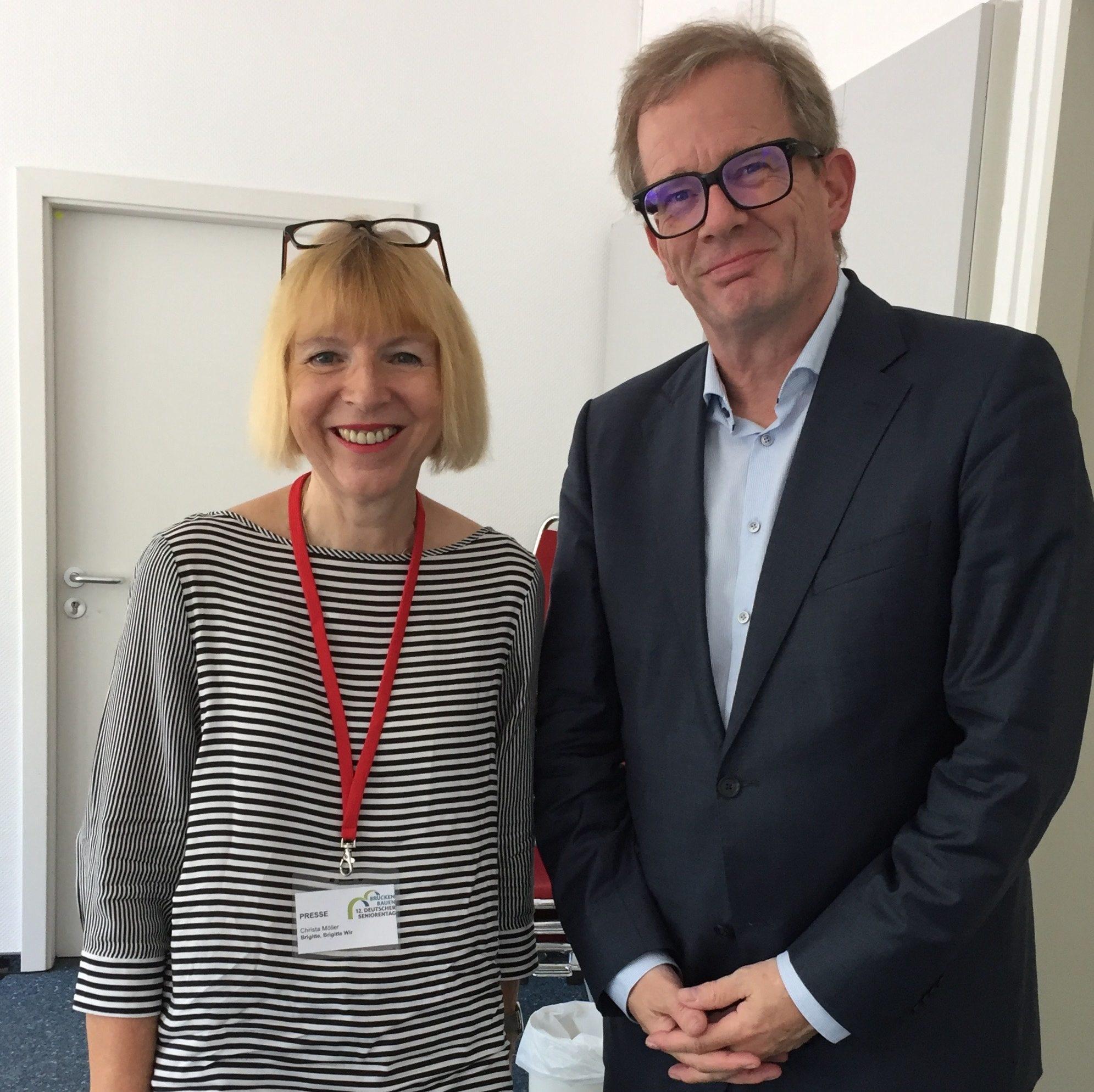 Prof. Kruse und Christa Möller stehen nebeneinander