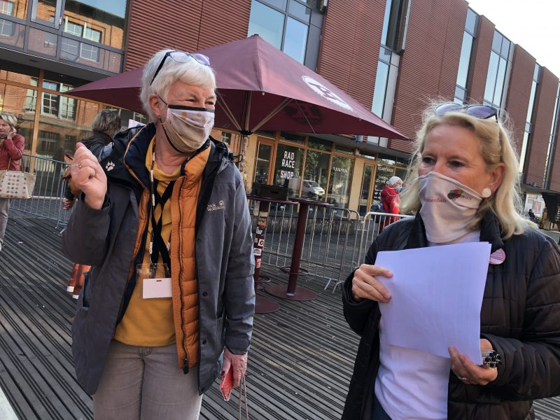 Dagmar Hirche und Christine Worch empfangen draußen mit Maske die Gäste zum Weltseniorentag